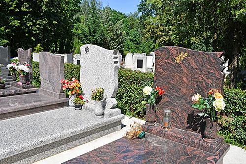 Nombreux choix de pierres tombales