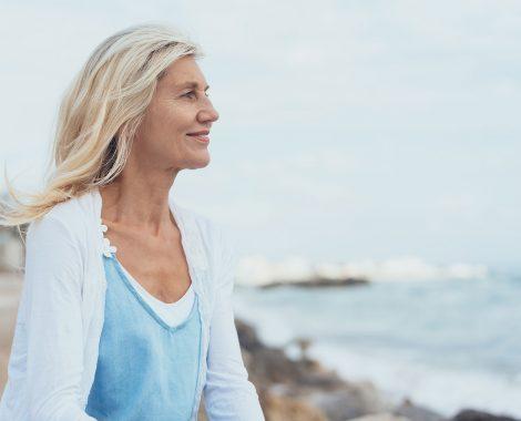 Femme qui regarde l'horizon