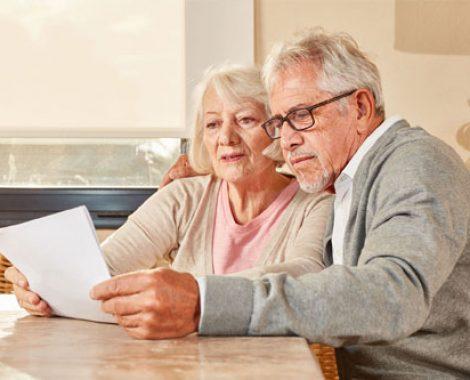 Deux personnes âgées regardent un document
